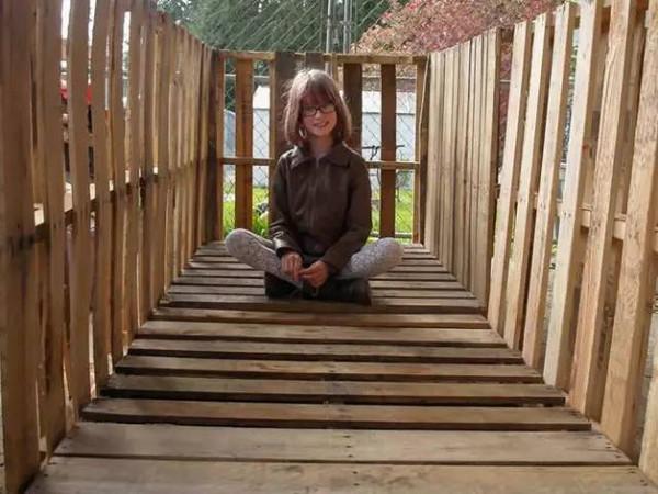 她只有9歲,卻種了4年菜,蓋了11座小木屋,養活了小鎮上所有的流浪漢